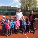 Kindergartenkinder am Tennisplatz